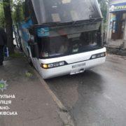 У Франківську автобус з пасажирами провалився у люк