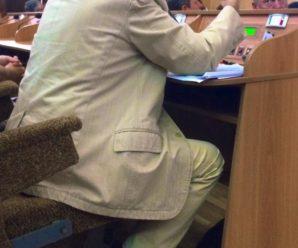 Депутат Віктор Анушкевичус прийшов на сесію міськради у вишитих шкарпетках. ФОТОФАКТ