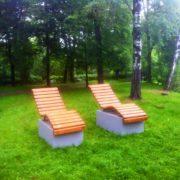 В Івано-Франківську у міському парку встановили дерев'яні лежаки (фото)