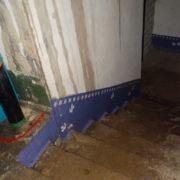 Від дощу, до дощу: в Івано-Франківську на вулиці Хоткевича, 52 регулярно затоплює увесь під'їзд (відео)