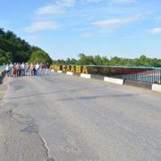 Небезпечний міст: люди ризикують життям, переходячи ріку Бистрицю Надвірнянську (відео)