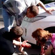 І поліція робить помилки: у Запоріжжі під колеса поліцейської машини потрапила жінка. ВІДЕО 18+
