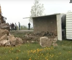Погана дорога: на Прикарпатті перекинулася вантажівка з камінням. ВІДЕО