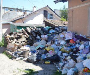 Франківчанка перетворила свою оселю та подвір'я в середмісті на сміттєзвалище