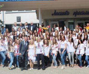 В Івано-Франківську студенти відзначили День вишиванки танцювальним флешмобом. ФОТО/ВІДЕО