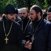 На мітингу Московського патріархату під Радою помітили священика з пачкою грошей (відео)