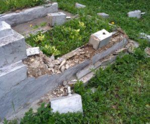 У селі на Прикарпатті невідомі осквернили кладовище та порозбивали надгробки. ФОТО
