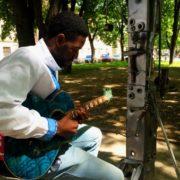 """У Франківську афроамериканець у вишиванці під гітару заспівав пісню """"Океану Ельзи"""". ВІДЕО"""