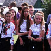 Прикарпатська 11-класниця не піде на випускний заради важкохворого знайомого та бійців АТО (відео)