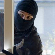 Посеред білого дня: на Прикарпатті твоє зловмисників намагалися пограбувати магазин