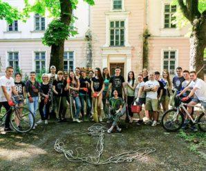 В Івано-Франківську волонтери вичистили Палац Потоцьких від сміття