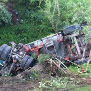 ДТП через зливу: На Прикарпатті два автомобілі злетіли з моста (фотофакт)
