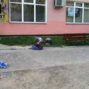 Франківські будні: під візовим центром патрульні будили п'яних чоловіка і жінку (ФОТО)
