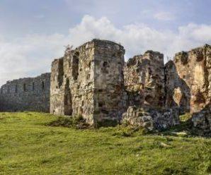 На Прикарпатті занепадає неймовірний Пневський замок