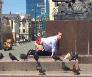 """Росіянка на знак протесту проти """"путінщини""""… зняла труси (фото)!"""