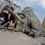 """Івано-Франківськ: біля ТЦ """"Арсен"""" """"поселилася"""" велетенська рептилія (фото)"""