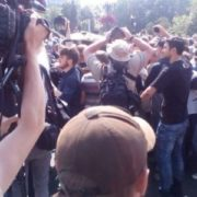 ТЕРМІНОВО! На марші рівності у Києві пролунав ПОТУЖНИЙ вибув просто у середині натовпу! (ВІДЕО)