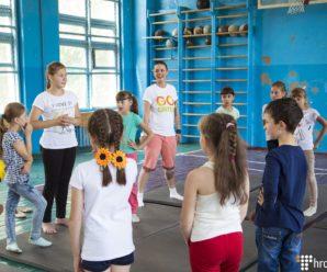 «Люди весь час хочуть мене нагодувати», — як волонтерка з Бразилії навчає школярів у селі на Київщині