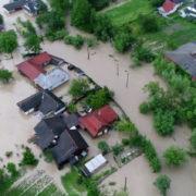 Видовищна катастрофа. На Прикарпатті плаває ціле село,відео з висоти пташиного польоту(відео)