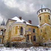 На Прикарпатті є невідоме село Приозерне із вражаючим палацом-красенем