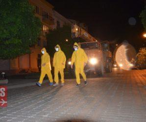 """У Франківську на """"стометрівці"""" загадкові жовті чоловічки у масках вивантажили велетенський контейнер. ФОТО, ВІДЕО"""