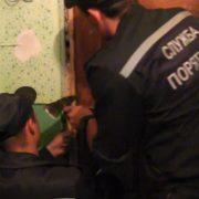 Рятувальники допомогли поліцейським потрапити до неадекватного прикарпатця