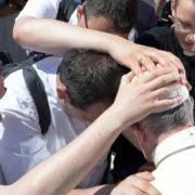 «Впіймали» Папу, як він цілував руки священикам