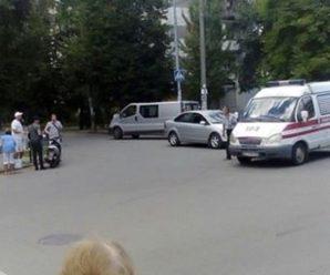 """В Івано-Франківську зіткнулися """"швидка"""" та скутер. ФОТОФАКТ"""
