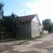 Ґаздам все мало: в соцмережі повідомляють про будиночок збудований на місці тротуару в Івано-Франківську (фотофакт)