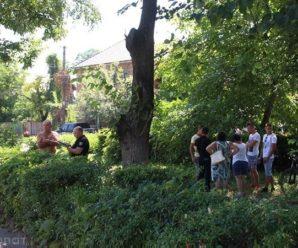 У центрі Виноградова чоловік повісився на дереві (ФОТО)