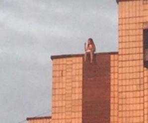 Сидить дитя, мильні бульбашки пускає на даху багатоповерхівки (ВІДЕО)