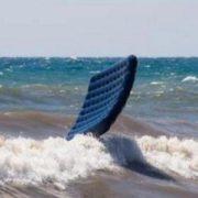 Поки батьки відпочивали, десятирічну дівчинку на матраці віднесло в море