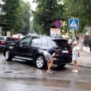 У Івано-Франківську жінка на бюджетному авто пошкодила елітний позашляховик