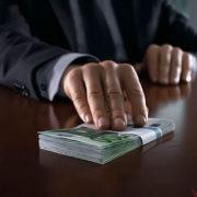 За гроші можливо все: поліцейський за хабар дозволив перевозити контрафактний алкоголь