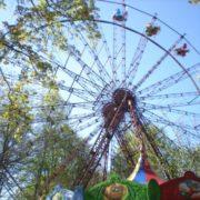 У міському парку Івано-Франківська в розпалі сезон катання на каруселях (ВІДЕО)