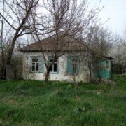 Не миються і природні потреби справляють в хаті: мешканці Калуша жахаються двох дівчат-відлюдниць