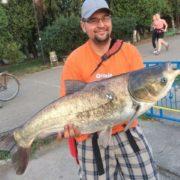 В Коломиї на міському озері зловили 11-кілограмового товстолоба. ФОТО