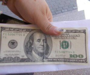 """У Франківську переселенка з Луганська звинувачує """"Сбербанк"""" у видачі фальшивих доларів"""