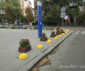 У Франківську антипаркувальні півкулі пофарбували у жовтий колір