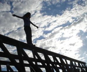 Любовна драма: молода дівчина ледь не стрибнула з моста через сварку з коханим. ВІДЕО