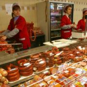 Скандал у Надвірній: в супермаркеті продали гнилу курку і сказали, що вона не смердить. ВІДЕО