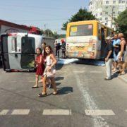 Потужна ДТП у Пасічній: перекинутий мікроавтобус, розбиті ВАЗ та маршрутка (фото)