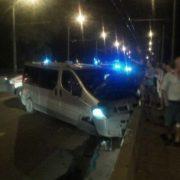 ДТП у Франківську: мікроавтобус влетів у відбійник на мості. ФОТО