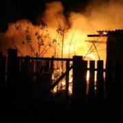 На Прикарпатті чоловік після сварки з дружиною та сусідом спалив хлів