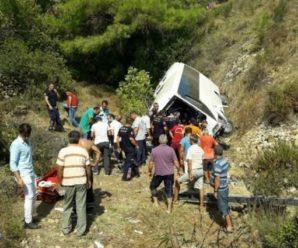 """""""Тіла позатискало металом"""": На відомому курорті туристичний автобус зірвався з 50-метрової скелі. Є загиблі."""