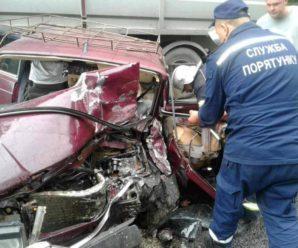 ДТП на Прикарпатті: потерпілого з понівеченого авто рятувальники вирізали гідравлічним інструментом