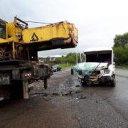 Фото моторошної ДТП: рейсовий мікроавтобус врізався в автокран, є постраждалі (оновляється)