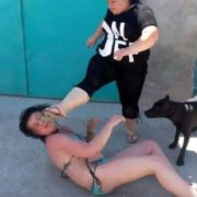 Жіноча жорстокість вражає: Те, що жінка зробила з коханкою чоловіка шокує навіть найстійкіших (Відео 18+)