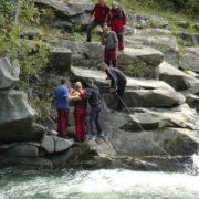На Прикарпатті рятувальники витягували з водоспаду туристку (фото)