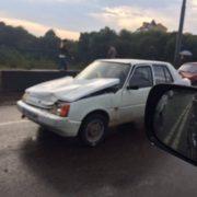При в'їзді в Івано-Франківськ зіткнулося кілька автомобілів. Рух транспорту наразі заблоковано. ФОТО